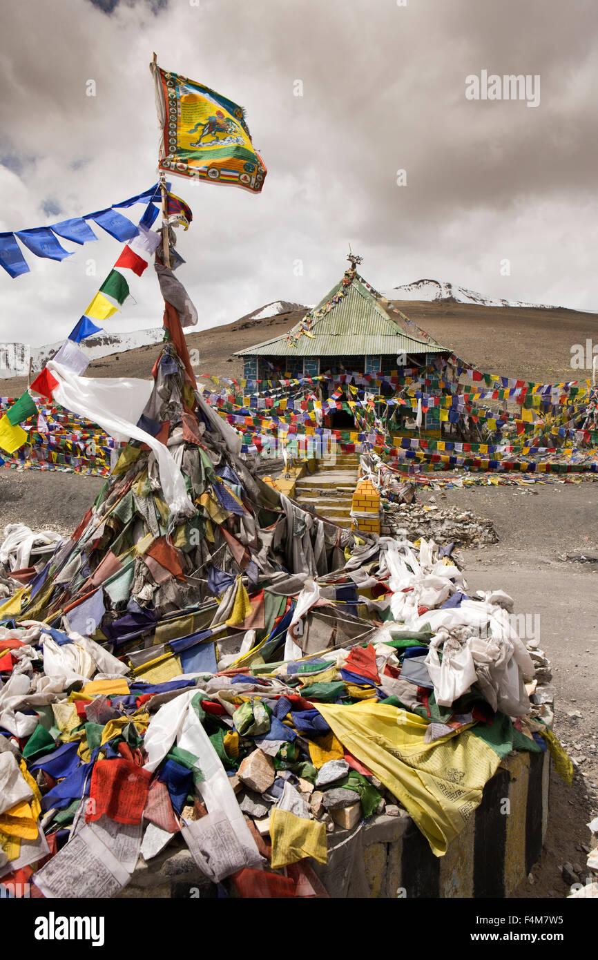 India, Jammu & Kashmir, Ladakh, Taglang La pass top, prayer flags at 17,582,foot (5328m) summit - Stock Image