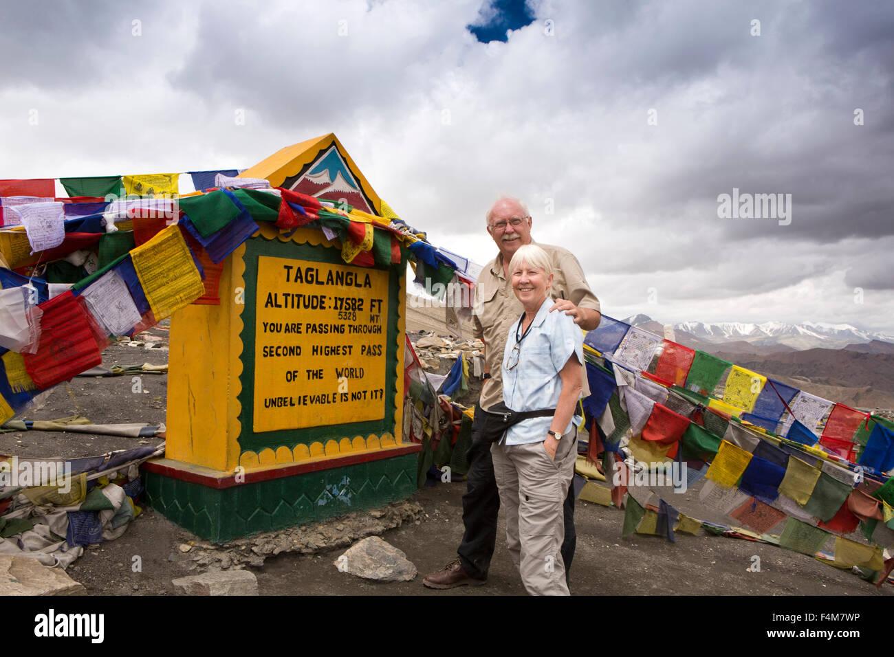 India, Jammu & Kashmir, Ladakh, Taglang La pass top, tourist couple at summit sign - Stock Image