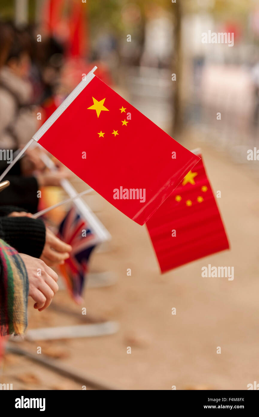 London, UK.  20 October 2015.  Crowds with Chinese flags wait to see the Chinese President, Xi Jinping, travel down - Stock Image