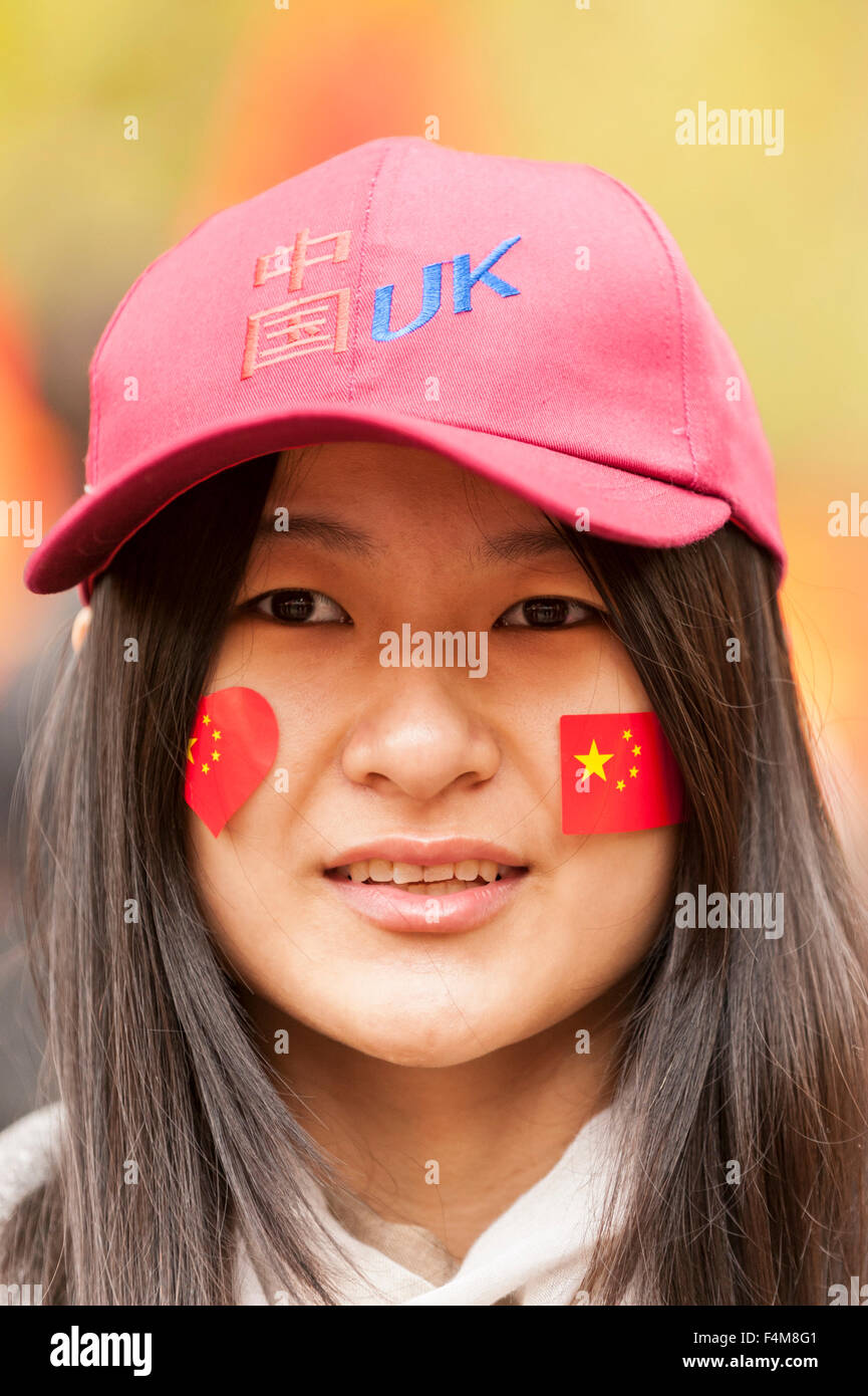 London, UK.  20 October 2015.  A girl in the crowds waiting to see the Chinese President, Xi Jinping, travel down - Stock Image