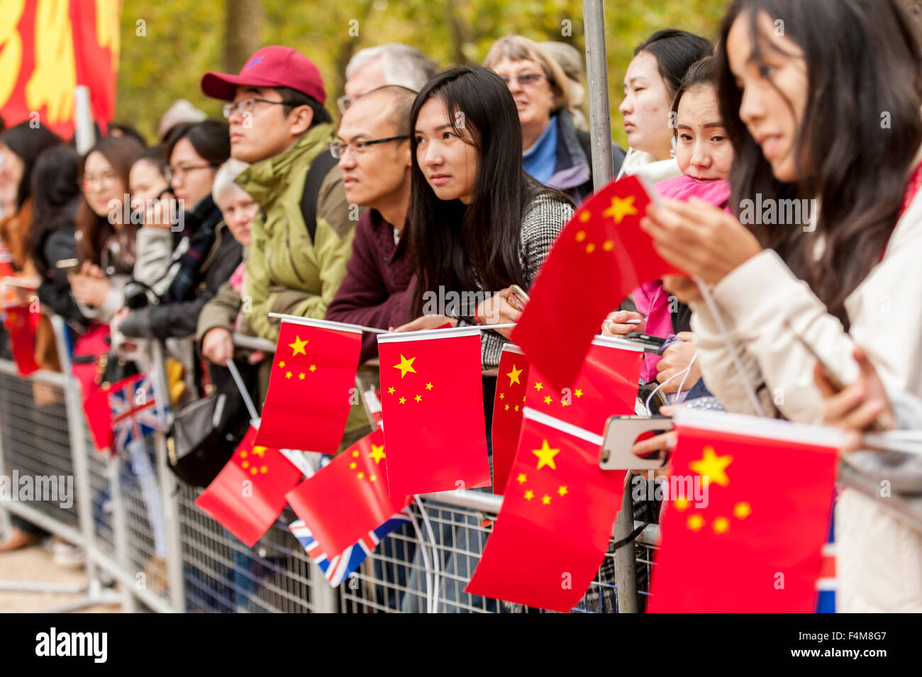 London, UK.  20 October 2015.  Crowds wait to see the Chinese President, Xi Jinping, travel down The Mall en route - Stock Image