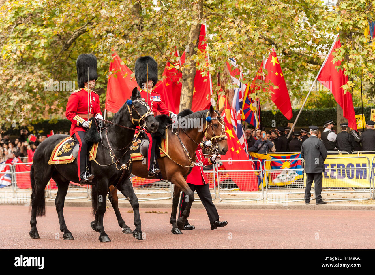 London, UK.  20 October 2015.  The Household Cavalry rides by as crowds wait to see the Chinese President, Xi Jinping, - Stock Image