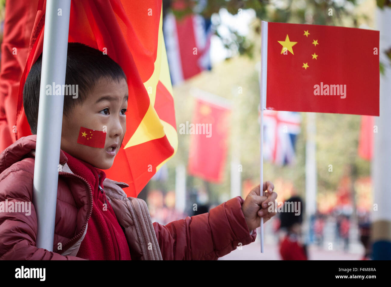 London, UK. 20th October, 2015. Chinese supporters wait for President Xi Jinping as part of the Queen's Royal welcoming - Stock Image
