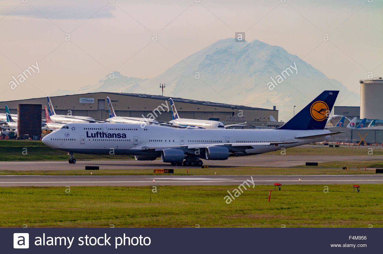 A Lufthansa Boeing 747 taxis in front of Mount Rainier at Paine Field in Everett before it is delivered - Stock Image