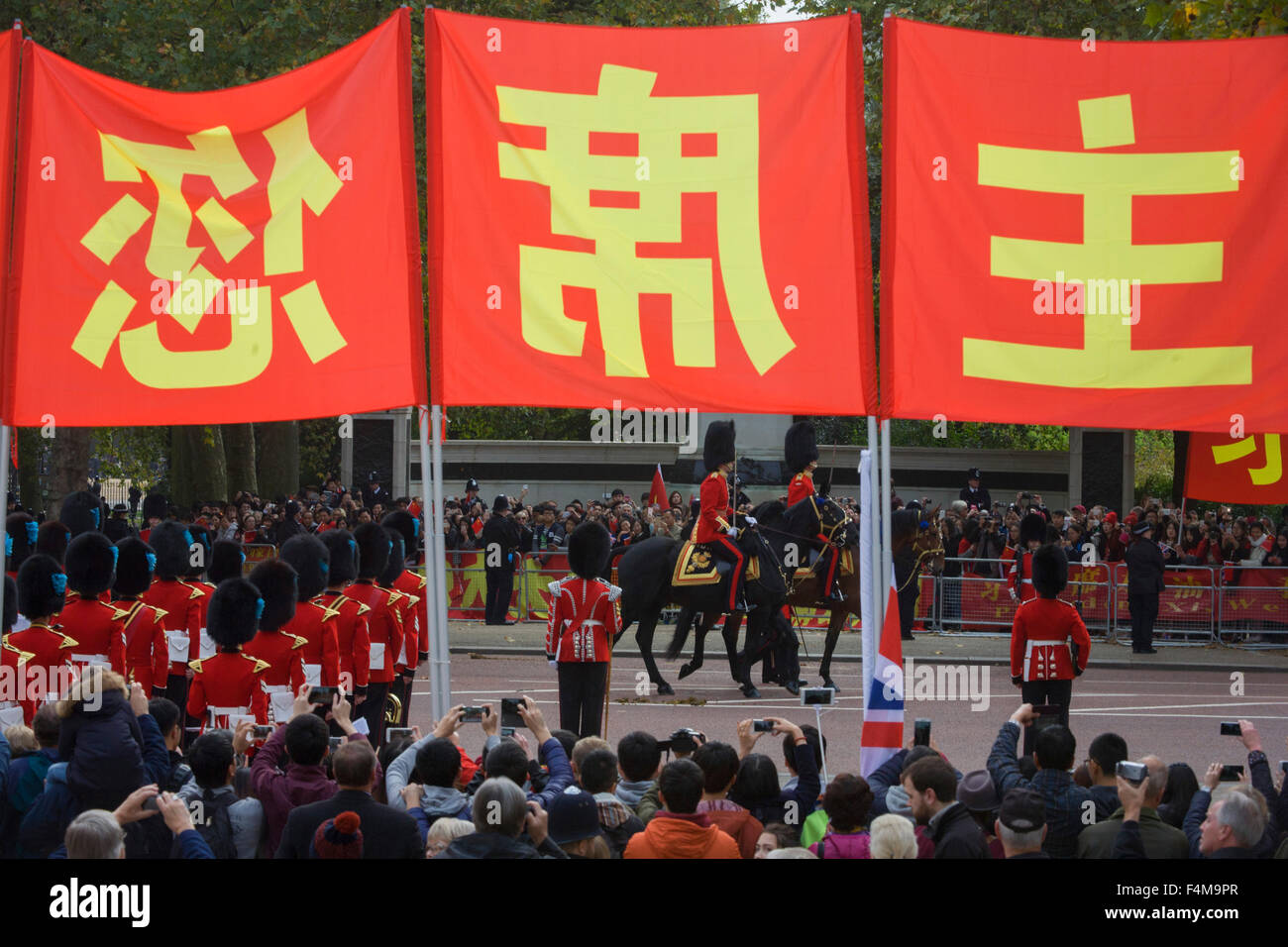 London, 20th October 2015. As crowds of supporters and protesters line the Mall in central London, Chinese leader - Stock Image