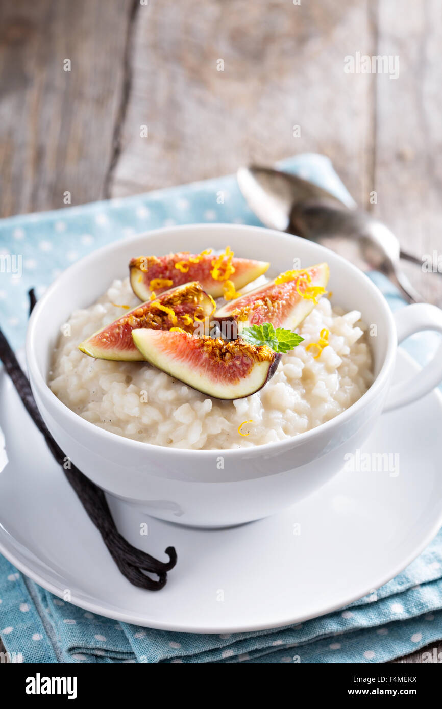 Rice pudding with milk and vanilla beans garnished with figs - Stock Image
