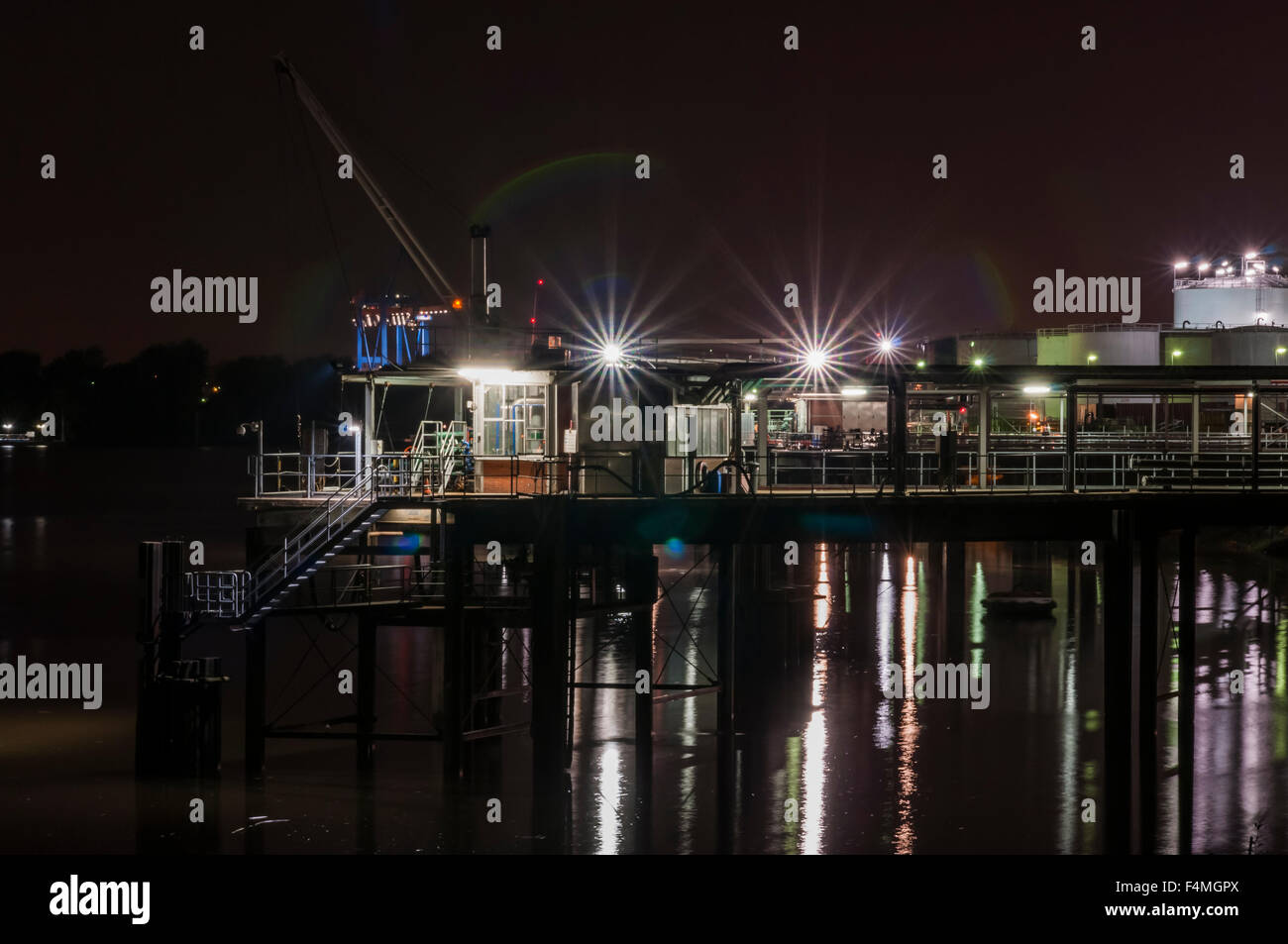 quiet Hamburg harbour scenery with pier at night - Stock Image