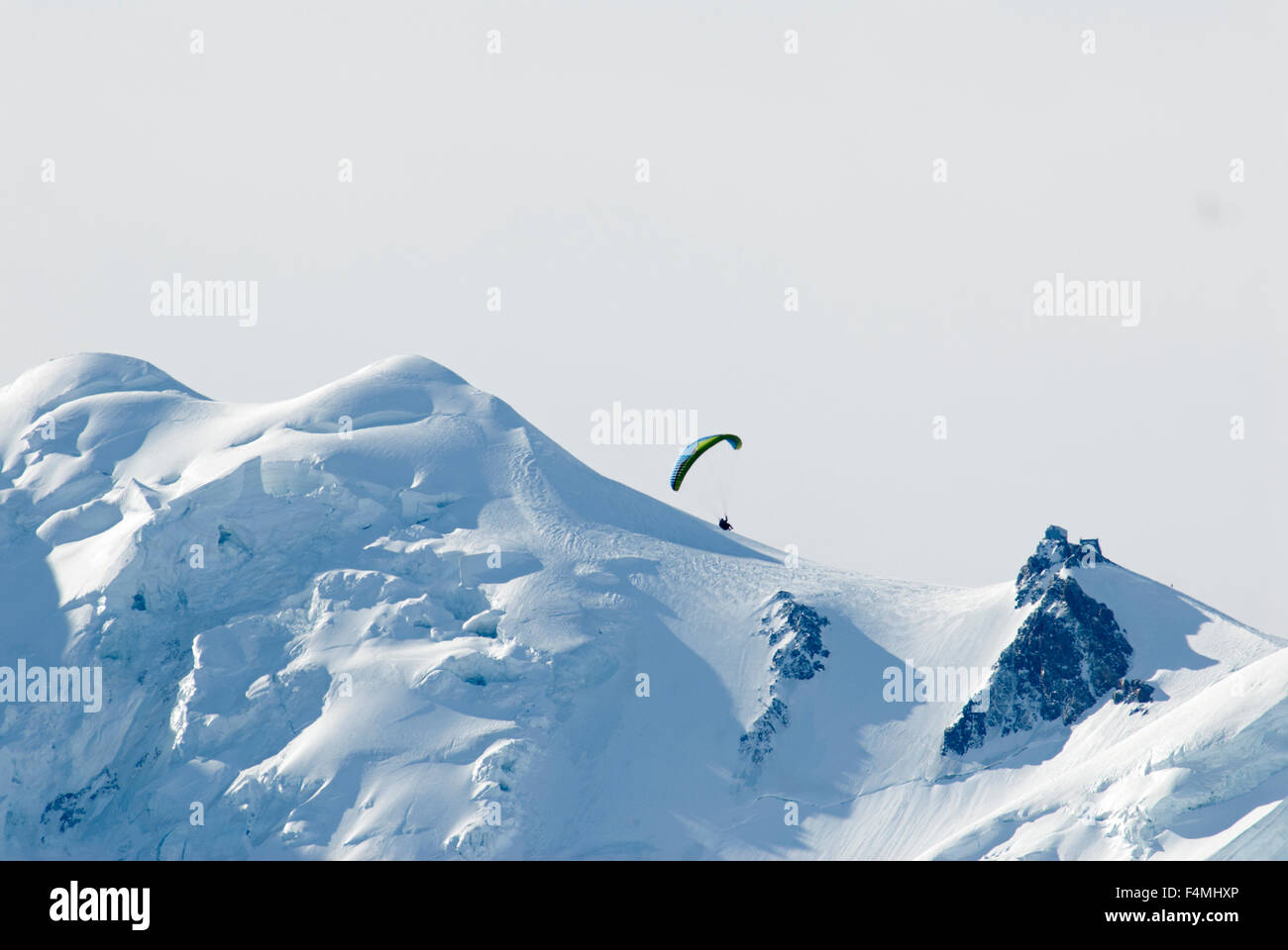 Para glider soaring over the glacier and snow clad flanks of the Mt Blanc massif - Stock Image