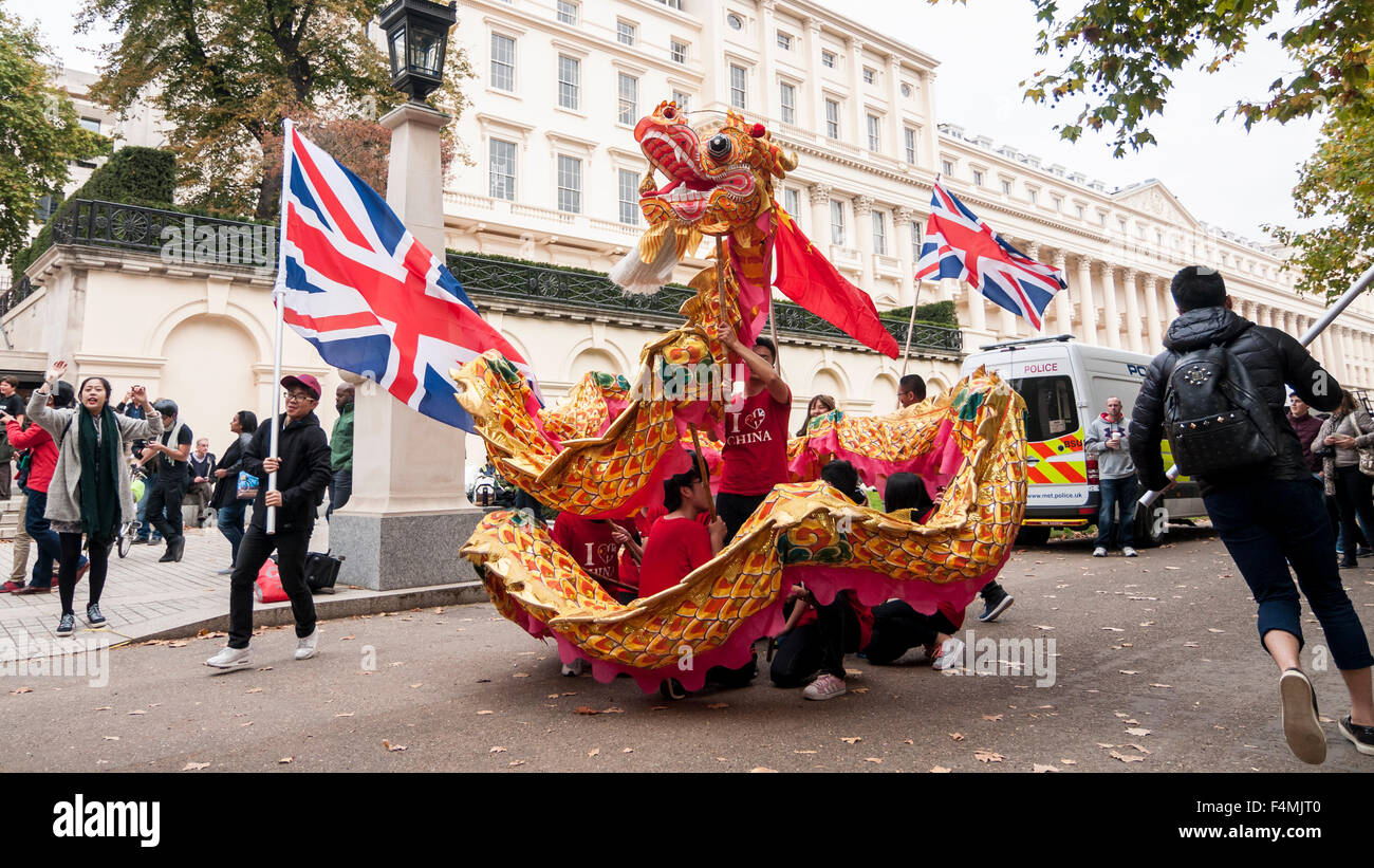 London, UK.  20 October 2015.  Lion dancers entertain crowds waiting to see the Chinese President, Xi Jinping, travel - Stock Image
