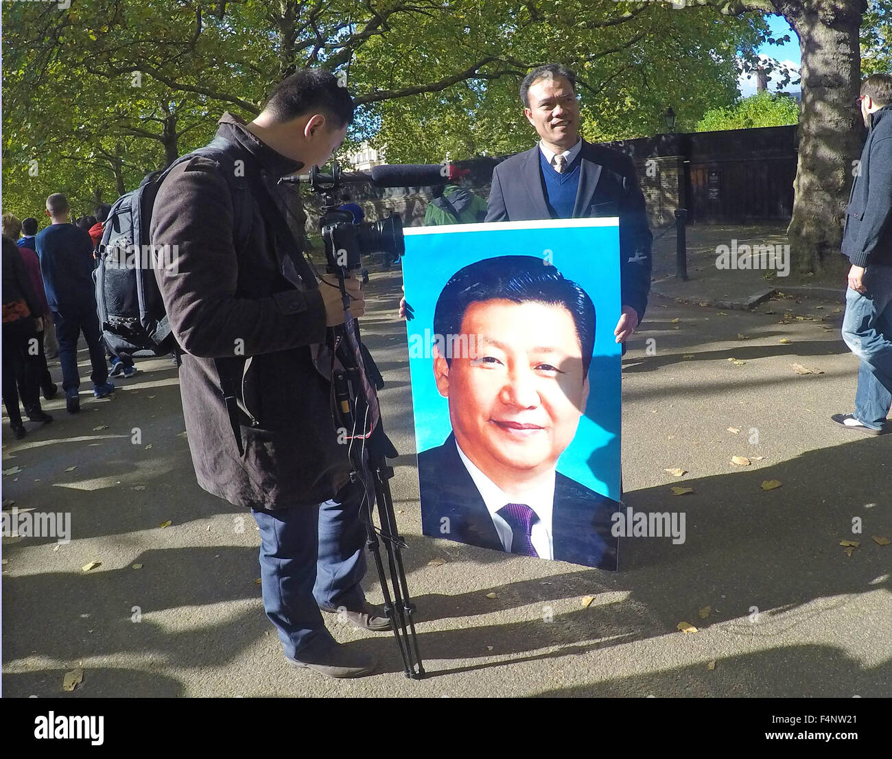 Pro Chinese supporter lines the Mall with a poster of the  Chinese President Xi Jinping, who has meeting with the - Stock Image