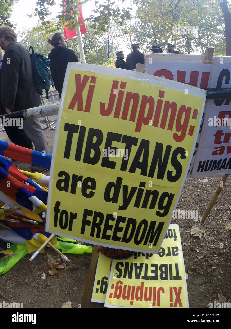 Pro-Tibet protesters line the Mall as Chinese President Xi Jinping arrives for his meeting with the Queen at Buckingham - Stock Image