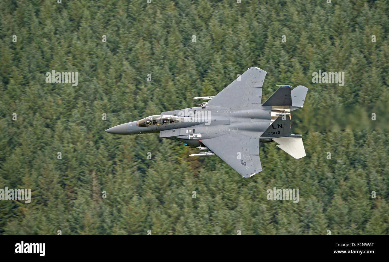 USAF F-15E Strike Eagle flying low level in Wales - Stock Image