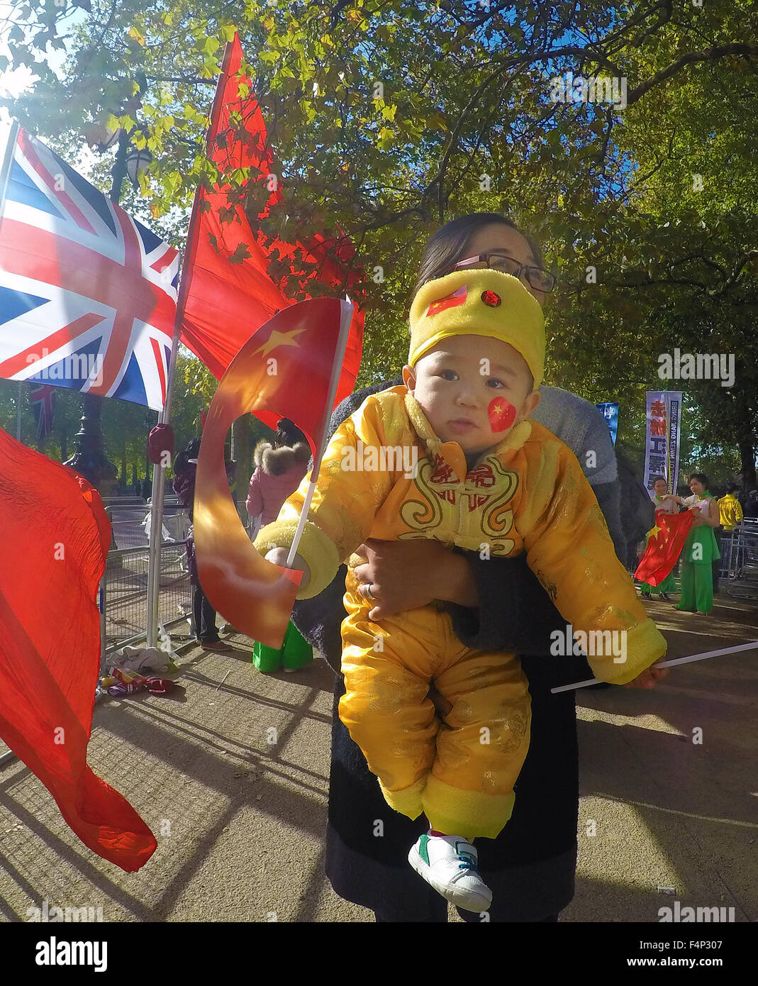 Pro Chinese supporter  with child   lining  the  Mall to greet   the Chinese President Xi Jinping ,  who has meeting - Stock Image