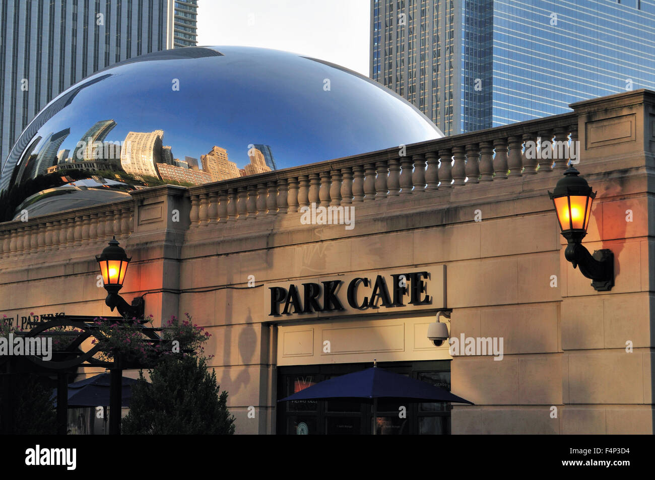 Cloud Gate (also known as The Bean and The Kidney Bean) sculpture sits above the Park Cafe in Chicago's Millennium - Stock Image