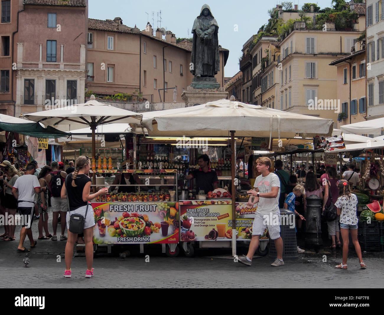 Statue of Giordano Bruno overlooking stalls on the Campo de' Fiori Market Mercato - Stock Image