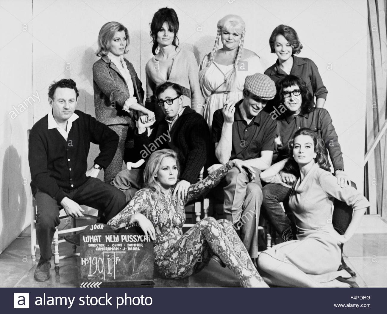 On the set, Clive Donner (left) with Ursula Andress, Capucine, Woody Allen, Peter O'Toole, Peter Sellers and - Stock Image