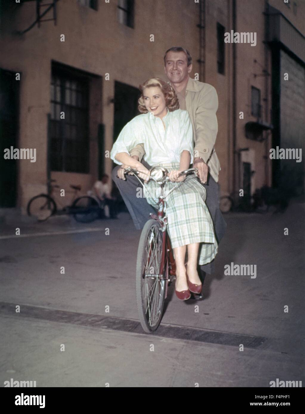 On the set, Grace kelly and James Stewart / Rear Window / 1954 directed by Alfred Hitchcock [Paramount Pictures] - Stock Image