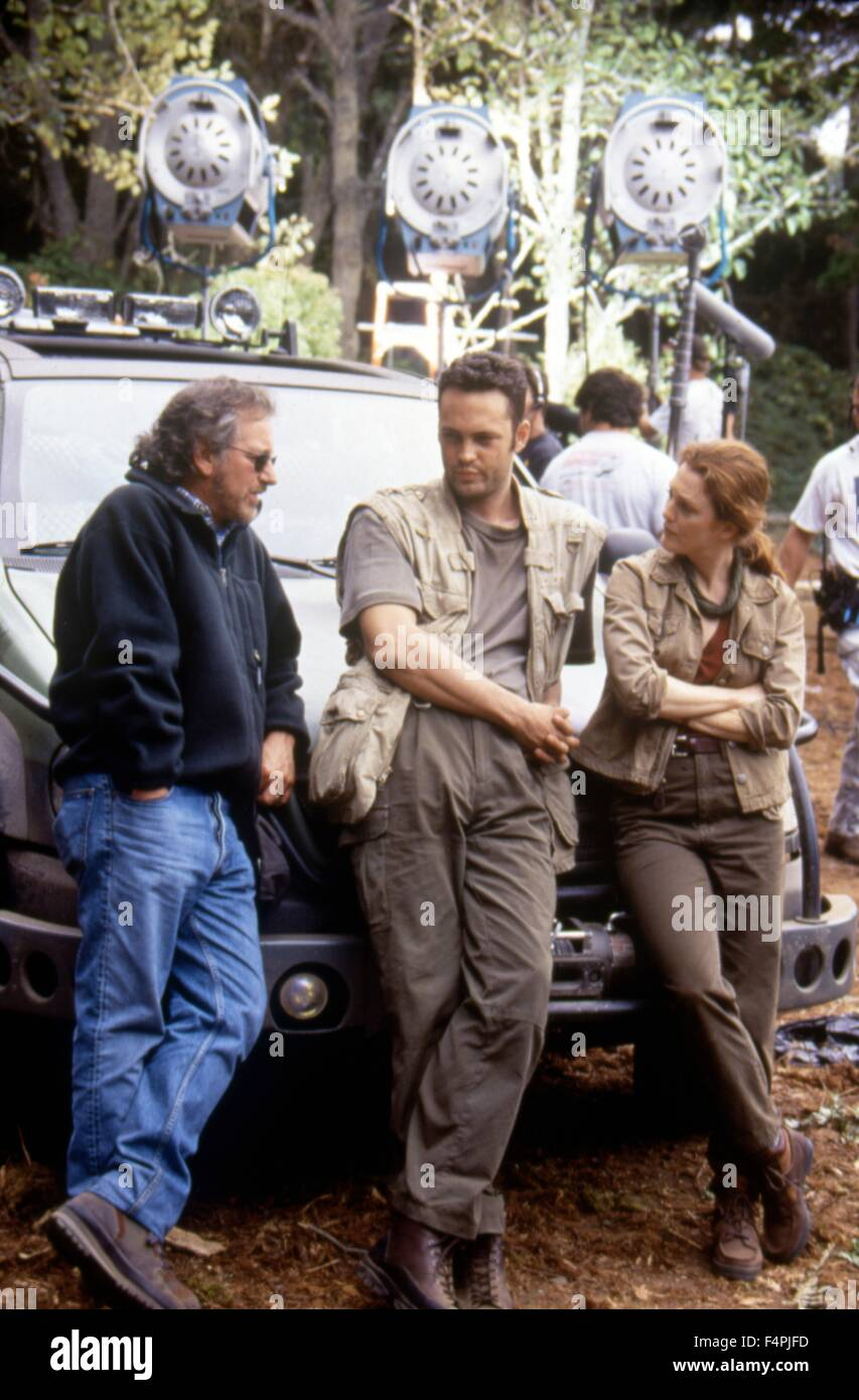 On the set, Steven Spielberg with Vince Vaughn and Julianne Moore / The Lost World: Jurassic Park / 1993 directed - Stock Image