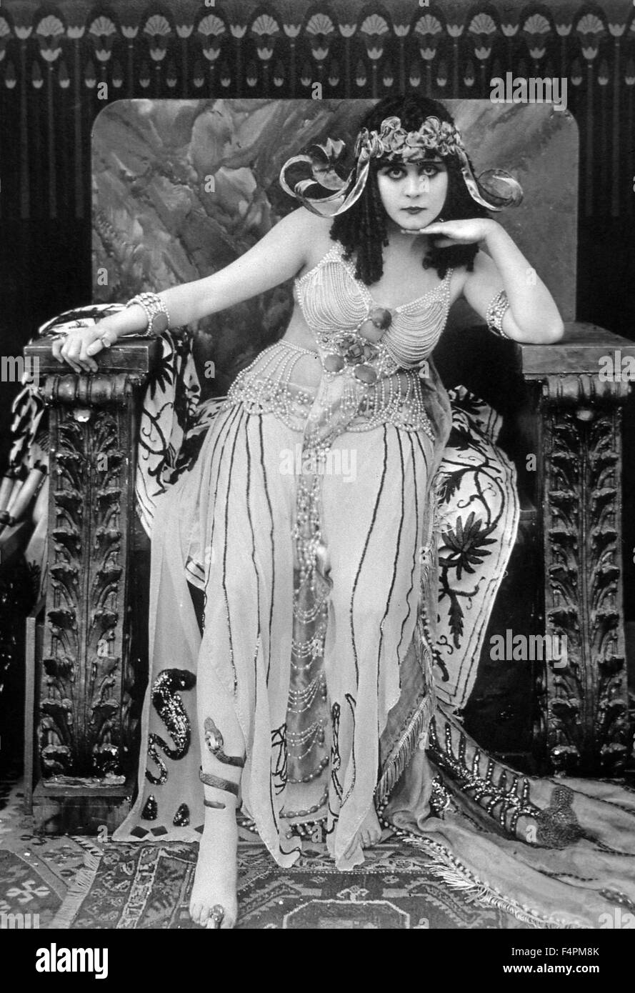 Theda Bara / Cleopatra / 1917 directed by J. Gordon Edwards [Film Fox Corporation] - Stock Image