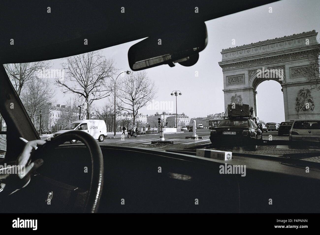 AJAXNETPHOTO. PARIS, FRANCE. - DRIVING IN THE CITY - LEFT HAND DRIVE MOTORING APPROACHING ETOILE AND THE ARC DE - Stock Image