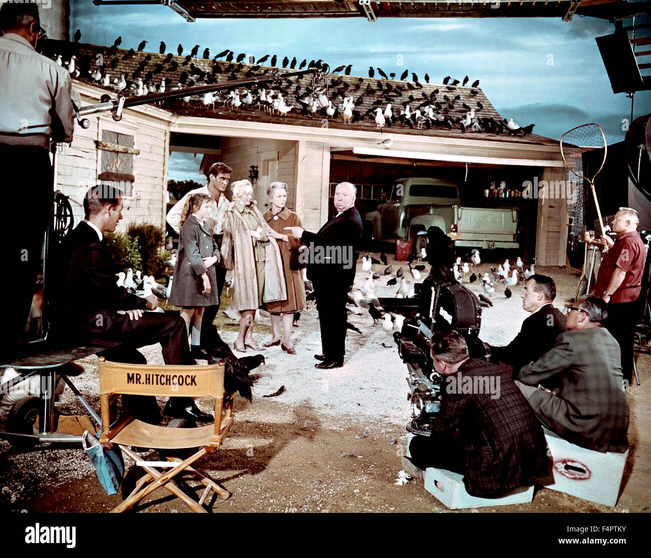On the set, Alfred hitchcock directs Veronica Cartwright, Rod Taylor,Tippi Hedren and Jessica Tandy / The Birds - Stock Image