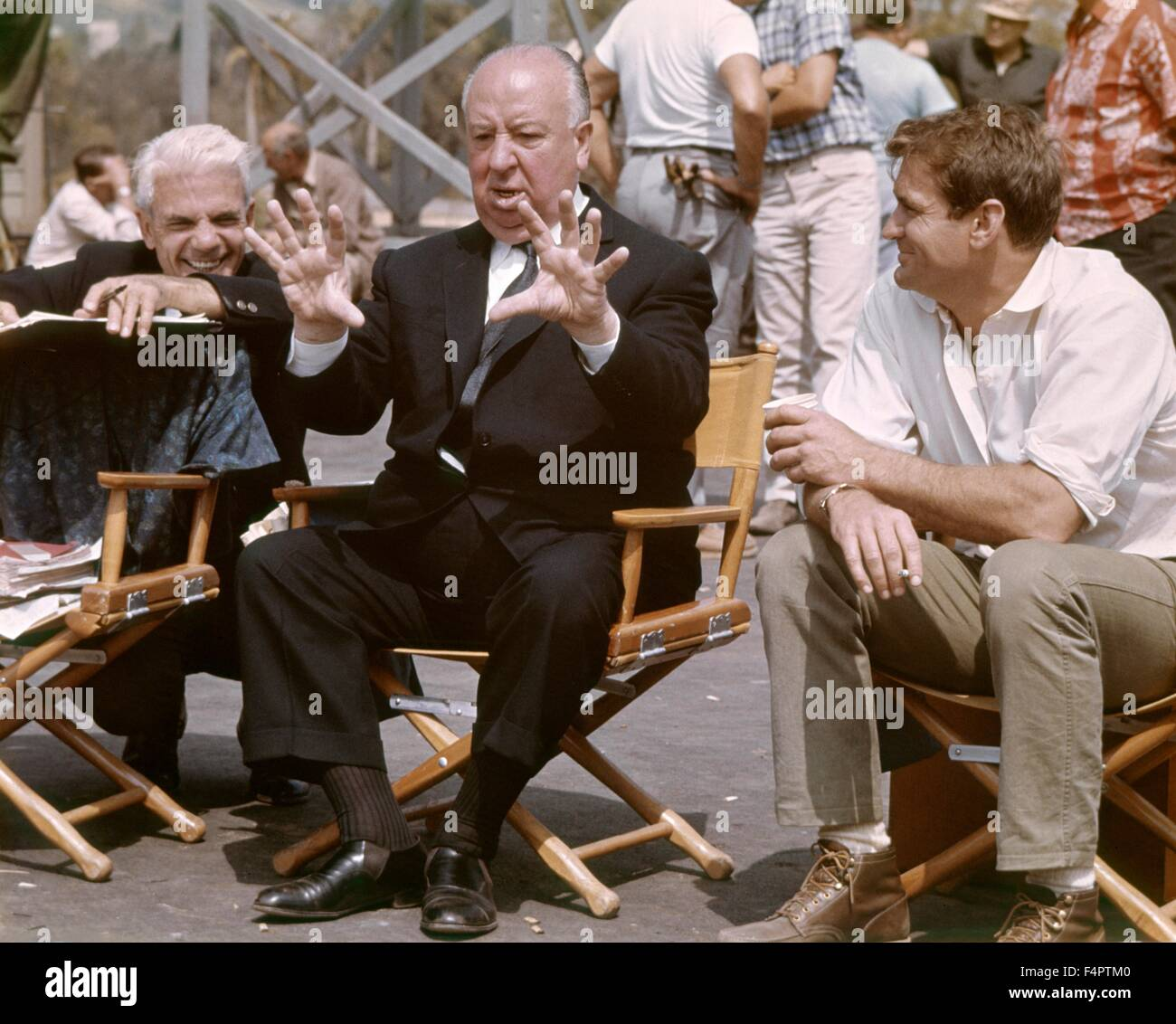 On the set, Alfred Hitchcock and Rod Taylor / The Birds / 1963 directed by Alfred Hitchcock [Universal Pictures] - Stock Image