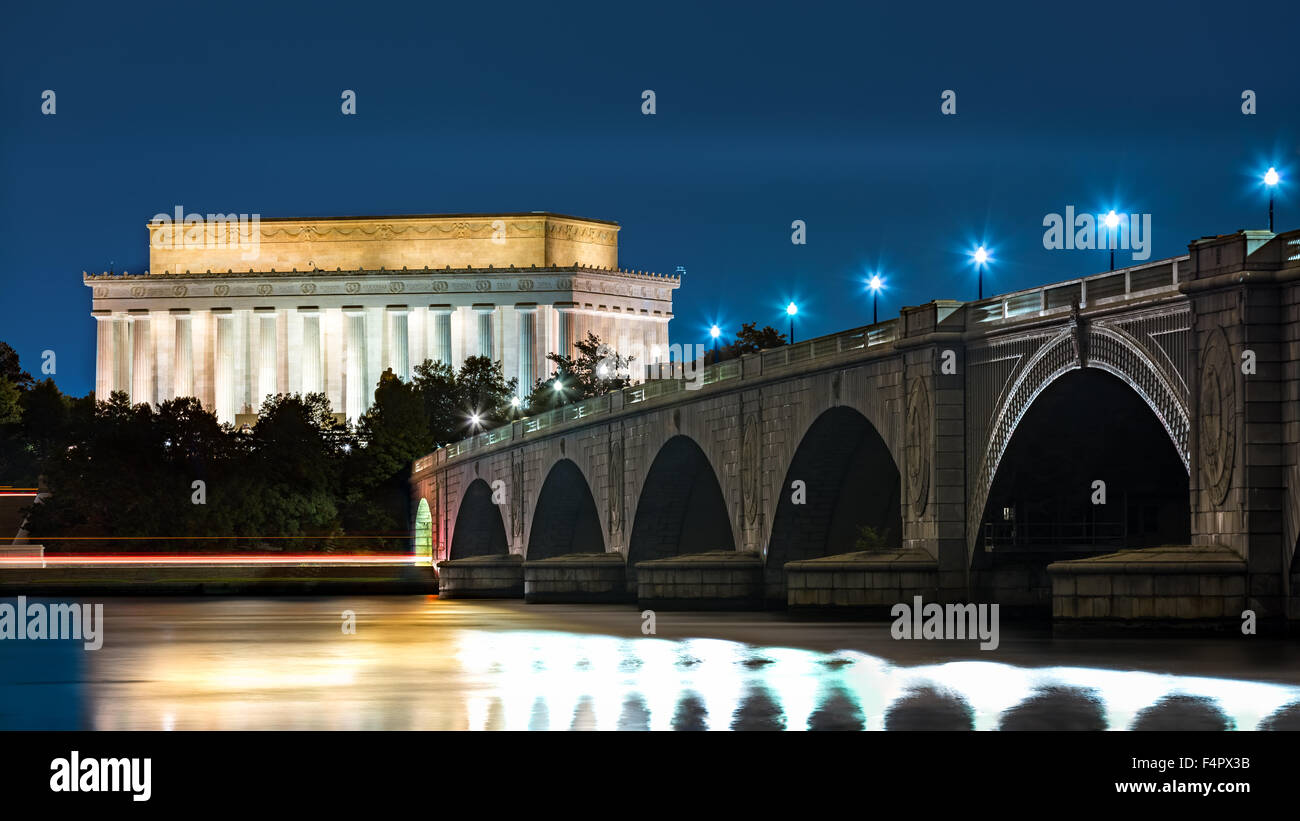Lincoln Memorial and Arlington Bridge, in Washington DC, by night - Stock Image