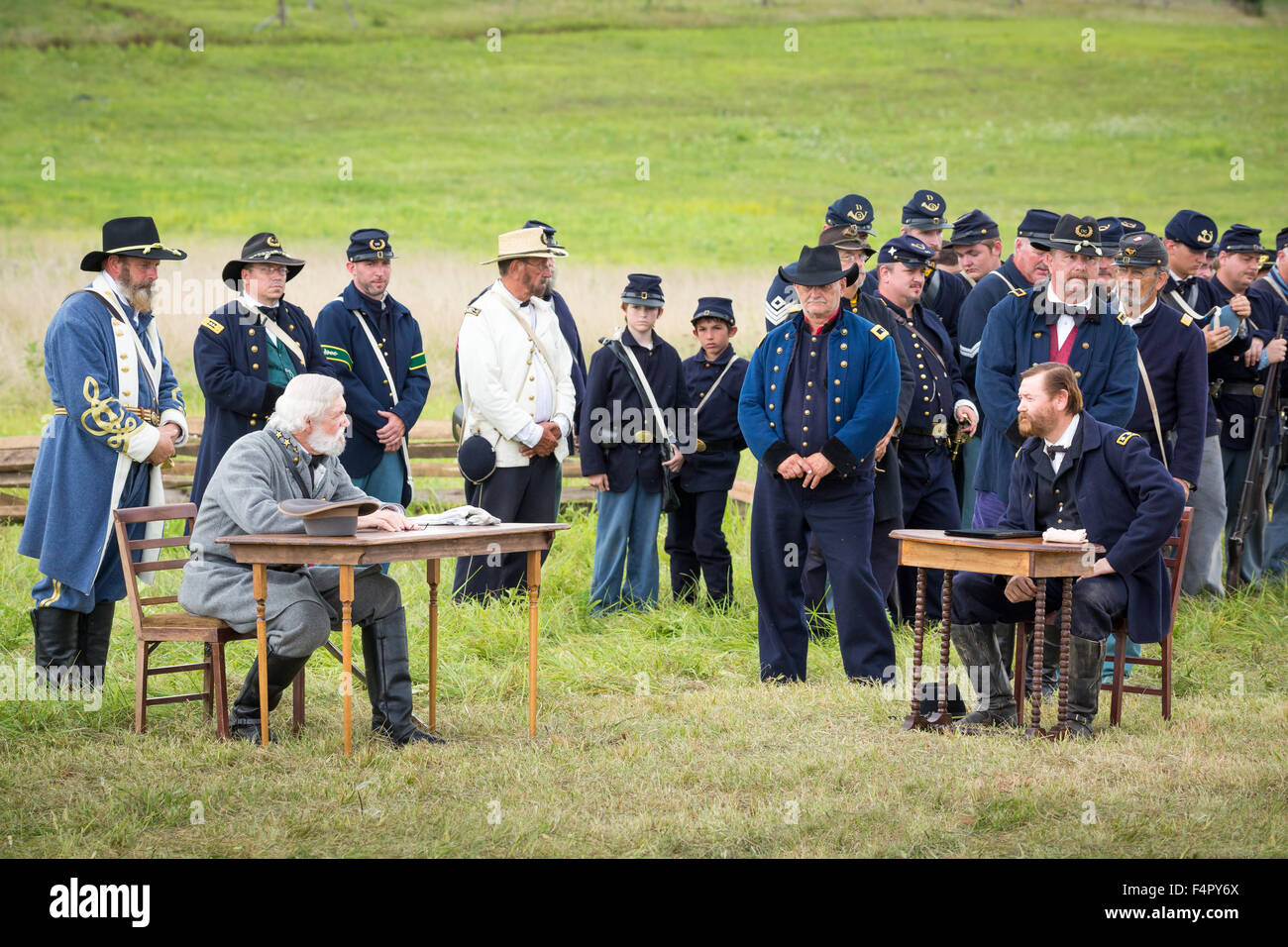Union and confederate soldiers reenact the Battle of Gettysburg. - Stock Image