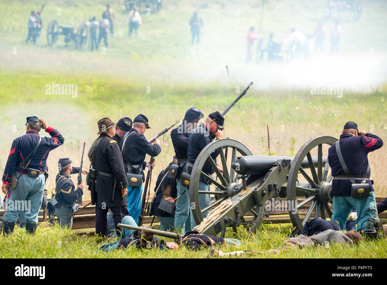 Unidentifiable union soldiers battle during the reenactment of the Civil War Battle of Gettysburg. - Stock Image