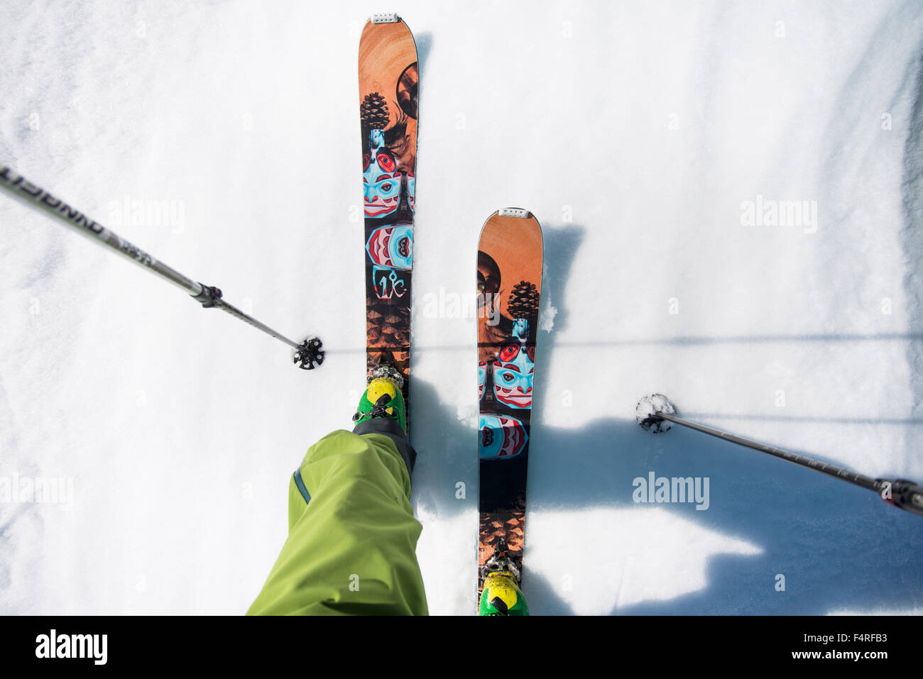 Low-section of man in alpine skis - Stock Image