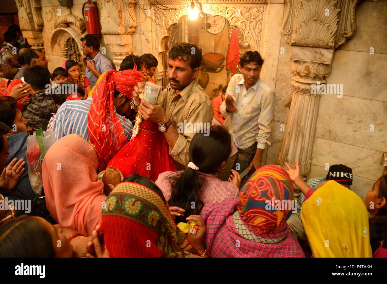 People waiting in line for rat temple, Karni Mata, town of Deschnoke, Rajasthan, India, Asia - Stock Image