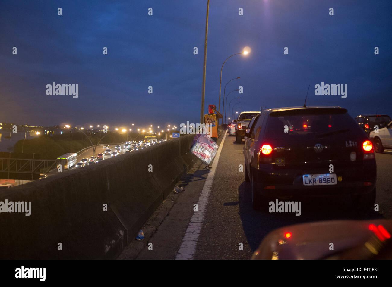 Street vendor work at Linha Vermelha expressway traffic jam in Rio de Janeiro. - Stock Image