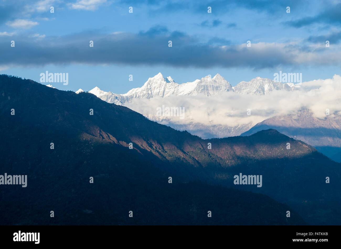 Shorang Himal mountain range seen from Taksindu La - Stock Image
