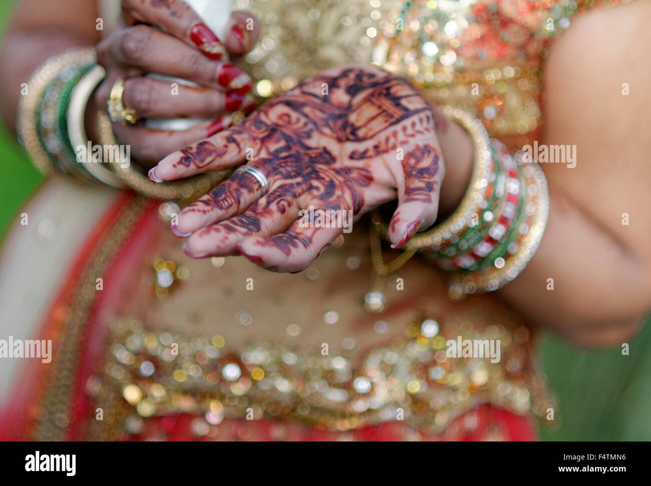 Indian bride with henna on her hands - Stock Image