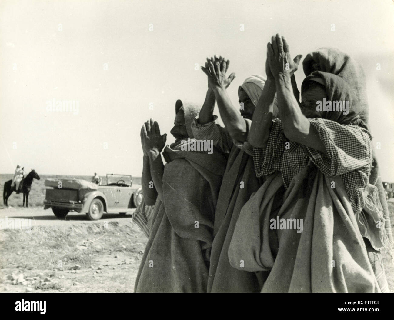 A group of North Africans welcomed the passage of Italian colonialists, Libya - Stock Image