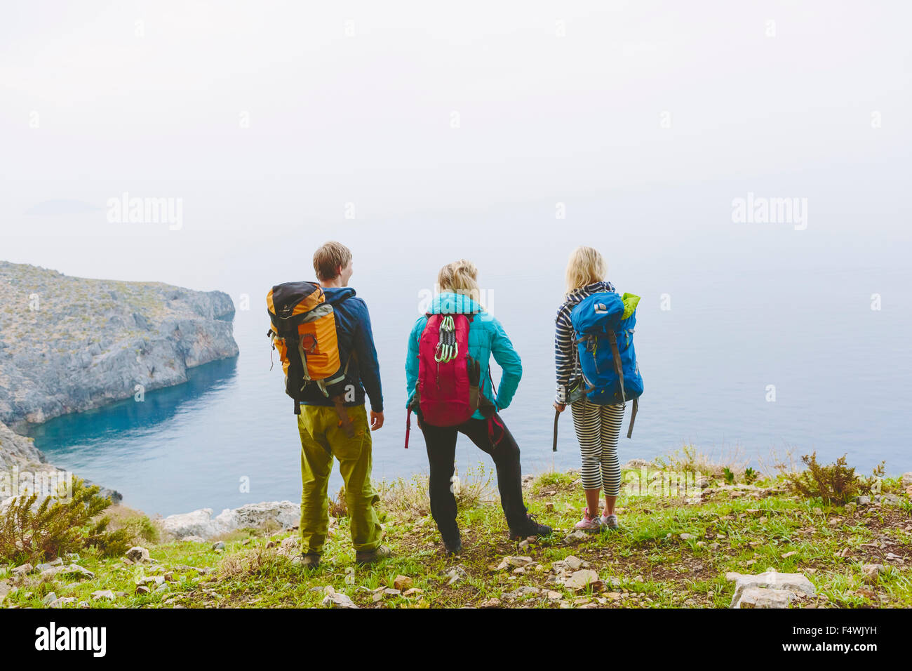 Greece, Dodecanese, Kalymnos, Backpackers looking at sea - Stock Image
