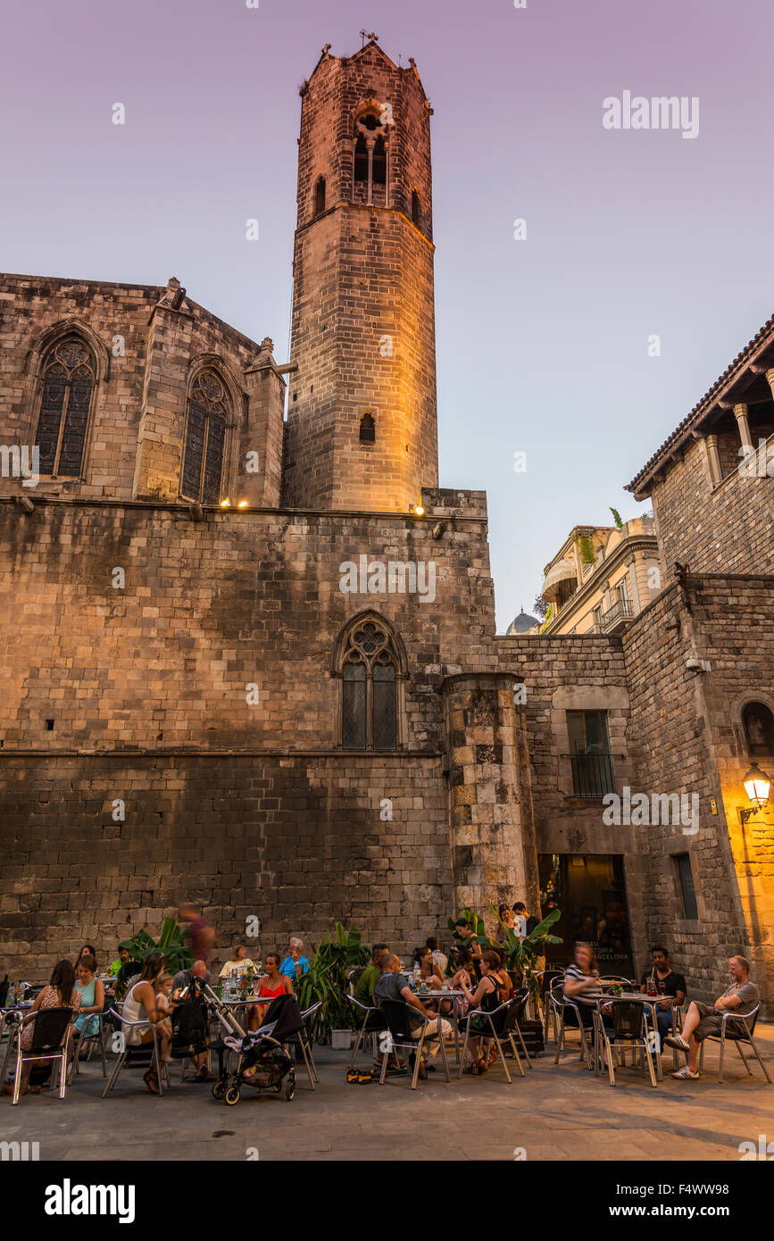 Outdoor cafe in Plaza del Rey or Placa del Rei at dusk, Barrio Gotico district, Barcelona, Catalonia, Spain - Stock Image