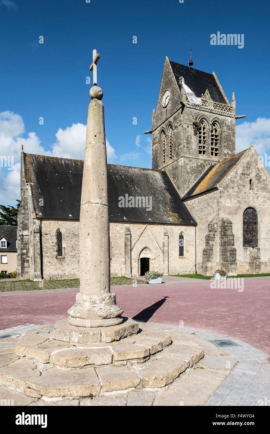 Milliarium, stone placed alongside Roman roads and Sainte-Mère-Église church with Parachute Memorial, - Stock Image