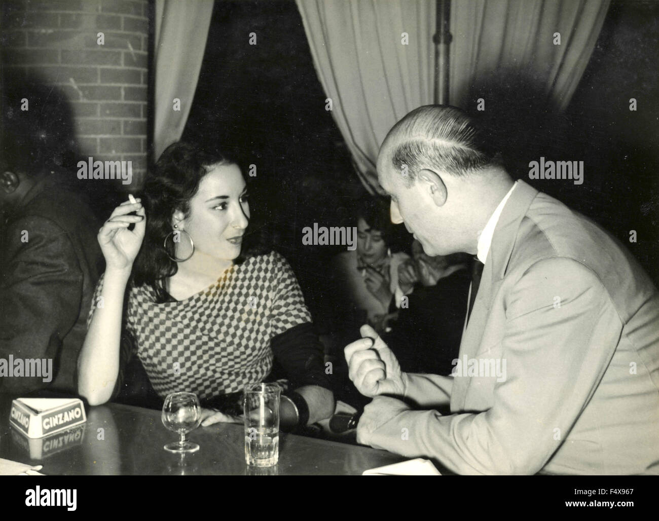 Julie Robinson drinks with the owner of the local 'Victor', Rome, Italy - Stock Image