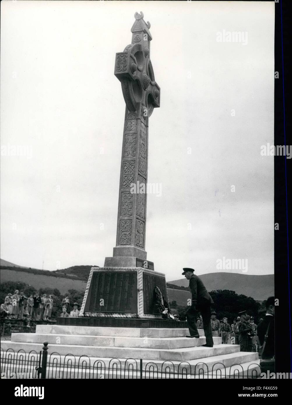 1968 - ceremony on the Isle of man places a wreath on the memorial: The Lieut-Governor, H.E. Air-Vice Marshal Sir - Stock Image