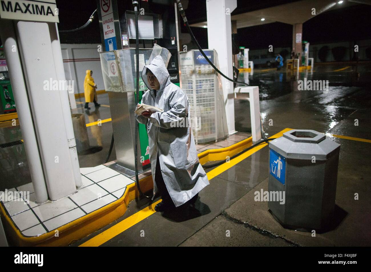 "Ameca, Mexico. 23rd Oct, 2015. Workers of a gas station prepare for the arrival of hurricane ""Patricia"" in Ameca, Stock Photo"