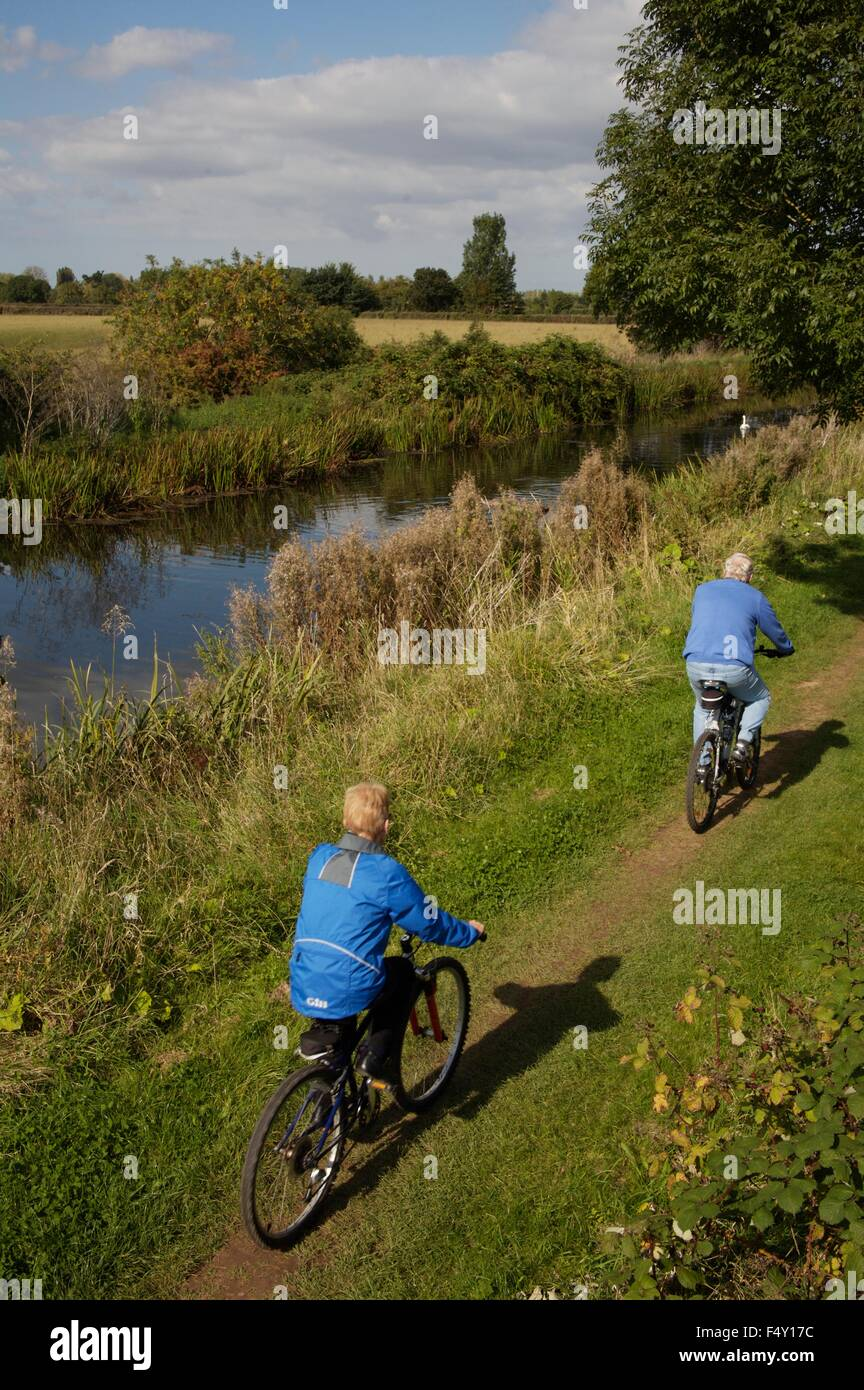 Cyclists on towpath of Bridgewater & Taunton canal, Somerset - Stock Image