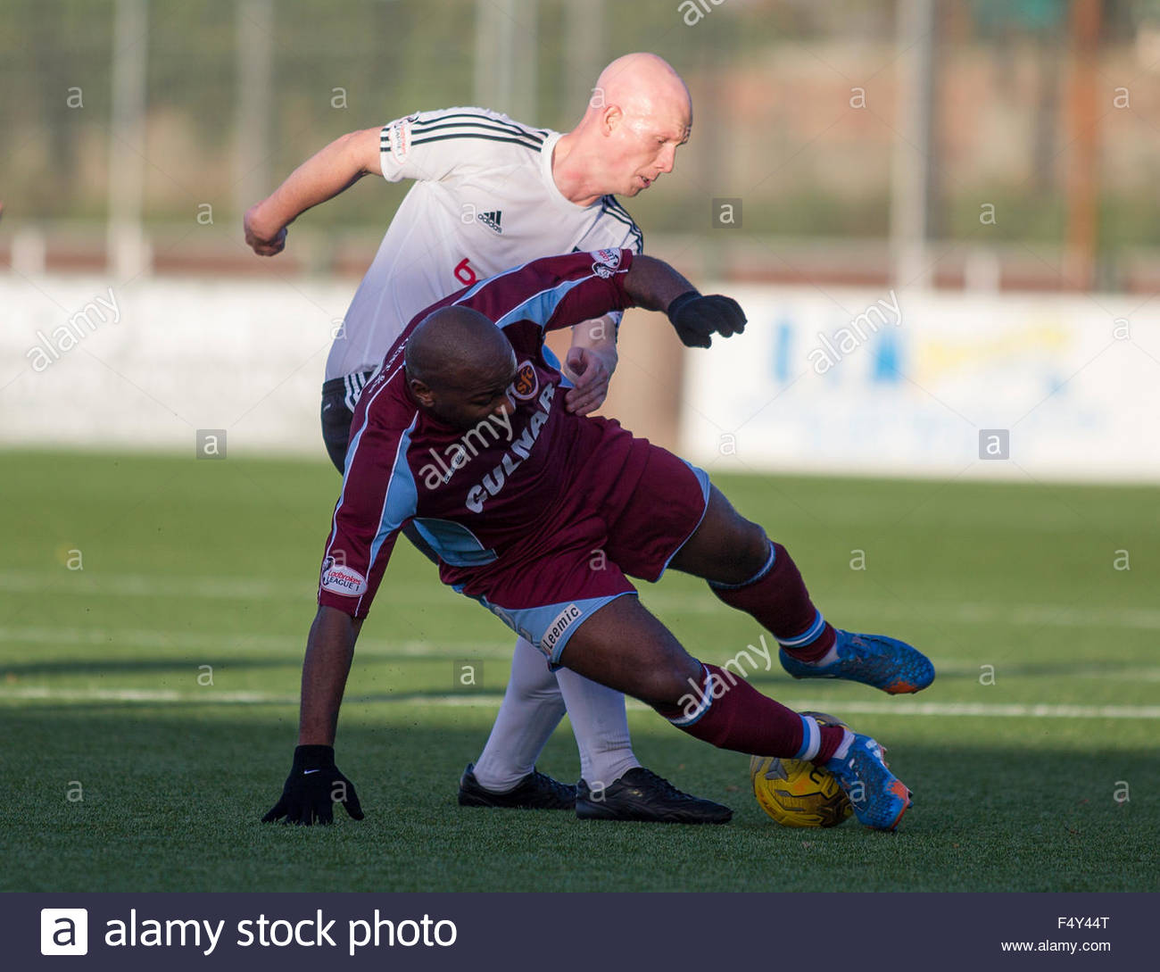 Gerry McLaughlan of Ayr (L) and Jason Scotland of Stenhousemuir (R) battle for the ball during the Ladbrokes Scottish - Stock Image