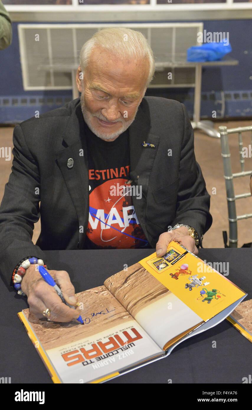 Garden City, New York, USA. 23rd Oct, 2015. Former NASA astronaut Edwin BUZZ ALDRIN autographs his new book Welcome - Stock Image