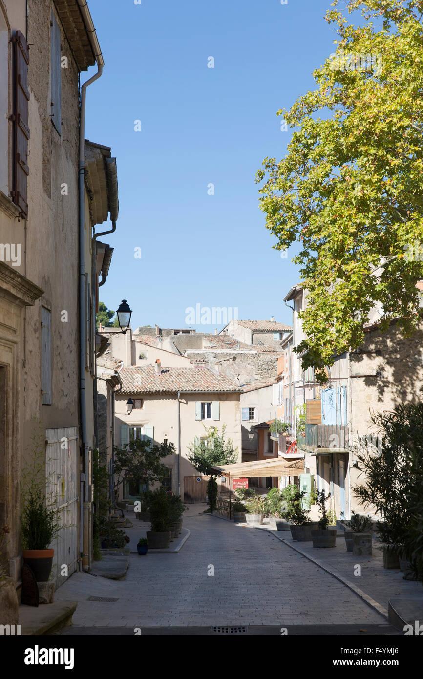 Gasse durch Cucuron, einem provenzalischen Dorf im Luberon - Stock Image