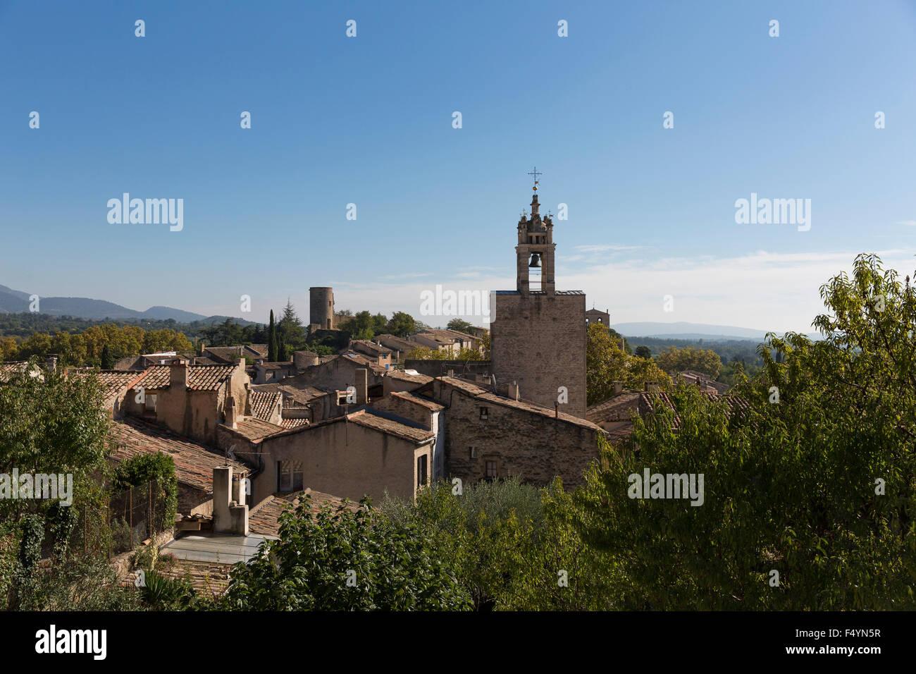 Blick über die mattroten Ziegeldächer von Cucuron im Luberon, Provence - Stock Image