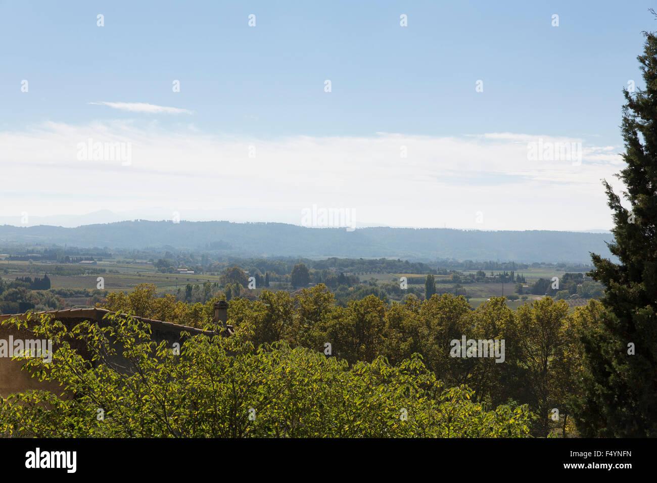 Blick über die liebliche Landschaft des Luberon - Stock Image