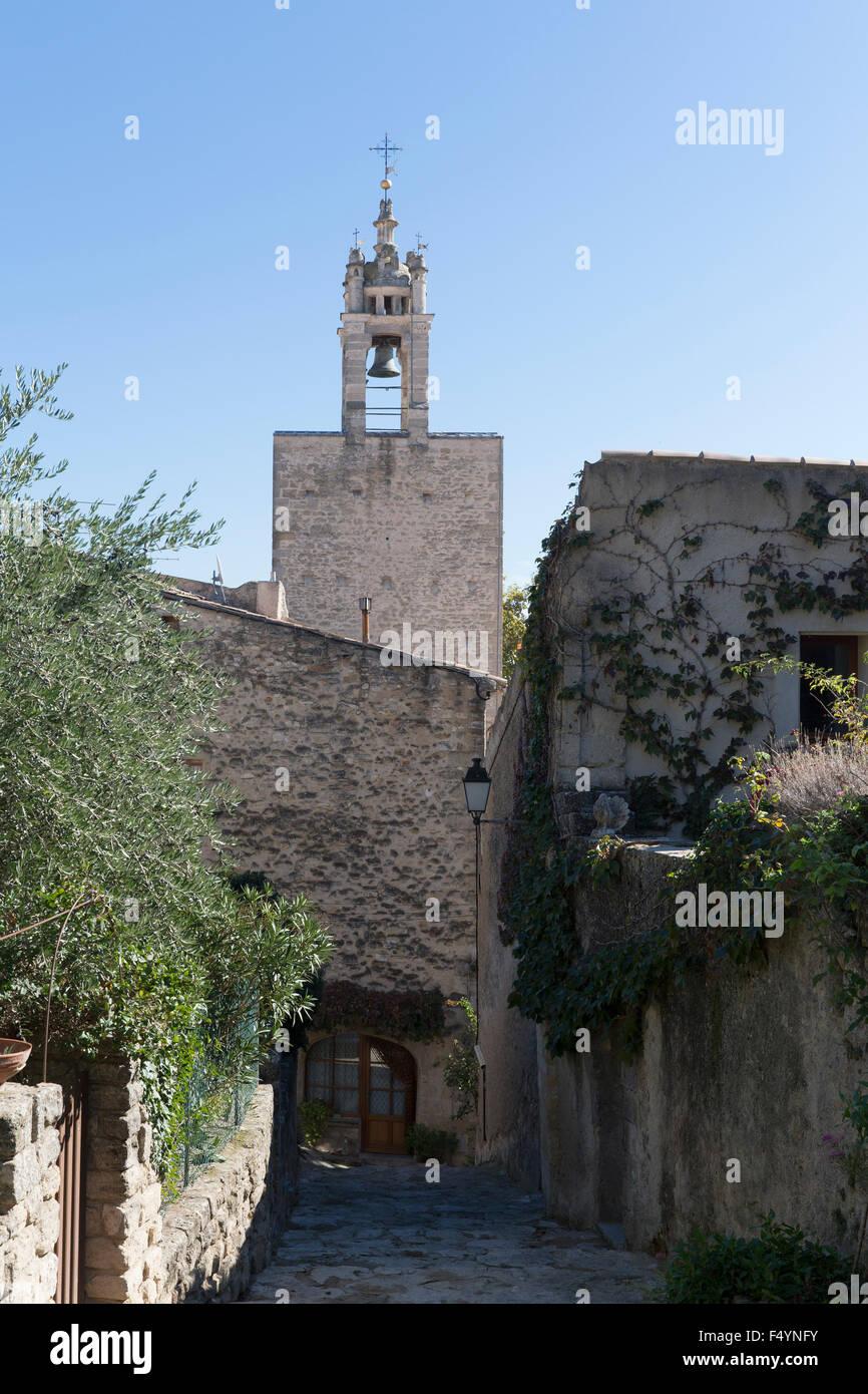 Blicke auf einen Glockenturm am Ende einer Gasse in Cucuron, einem mittelalterliche Dorf im Luberon in der Provence - Stock Image