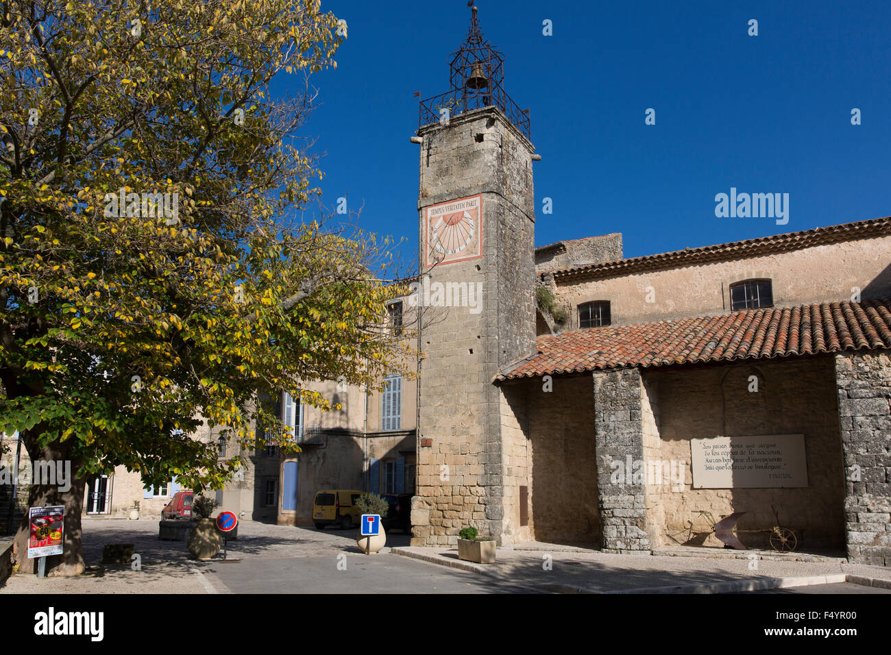 Die Kirche Notre-Dame-de-Beauvoir mit Kirchturm in Grambois, Vaucluse, Provence, Frankreich - Stock Image