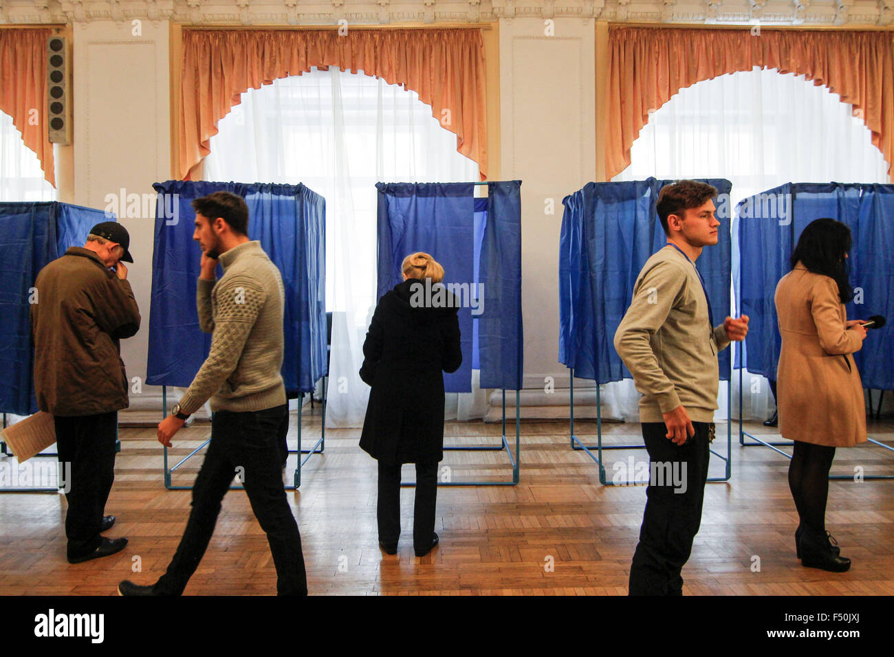 Kiev, Ukraine. 25th Oct, 2015. Citizens votes during Ukrainian local elections. Polling stations opened in Ukraine Stock Photo